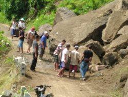 Batu Raksasa Tutup Jalan, 2 Desa Terisolasi